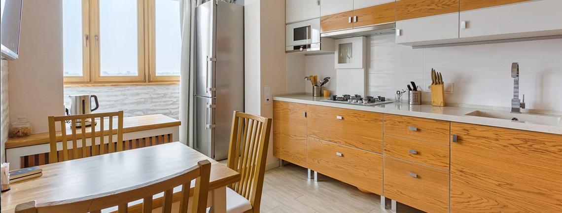 Существует достаточно много приемов оптически увеличить пространство квартиры, которые активно используются при перепланировке  квартир. В ход может пойти и снос некоторых не несущих стен, и использование дополнительных зеркал, и полный демонтаж дверей, и замена раздельного санузла  совмещенным.